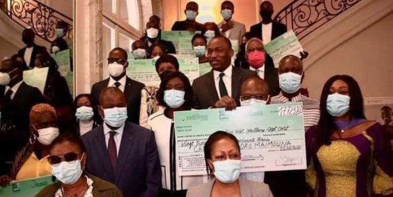 Le ministre Mamadou Touré entouré des bénéficiaires. (DR)