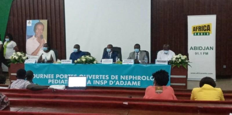 Le Pr Lasme-Guillao, chef du service de pédiatrie néonatologie, en blanc à gauche, le DG du chu de Yopougon (2) Deka Paulin, au centre, l'Inspecteur général de la santé, Dr Ablé Ambroise,le représentant du directeur de l'Insp, Pr Yavo Williams et le président de l'Apemar, Kouassi Bernard à droite (MA.A)