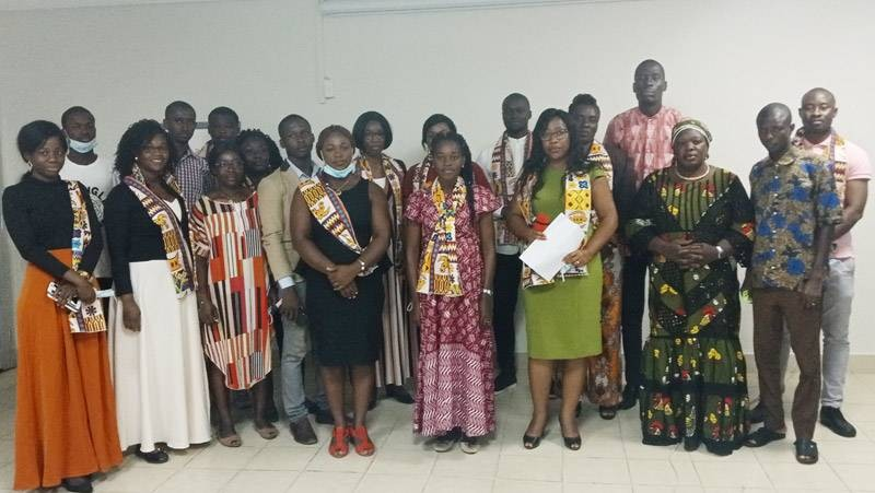 La présidente de Children Rights Watch, Sonia Atteman (au milieu en rose) entourée des membres de l'Ong. (DR)