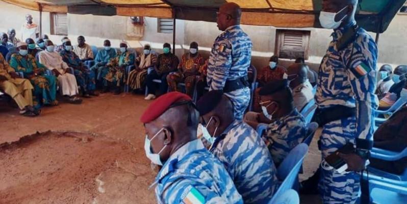 Le général Apalo Touré, commandant supérieur de la gendarmerie nationale, a échange avec la population. (Photo : Gendarmerie nationale)