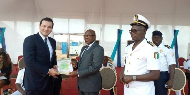 Le directeur général du Terminal vraquier d'Abidjan, Anthony Arcidiaco (à gauche), recevant la déclaration de conformité. (Photo: DR)