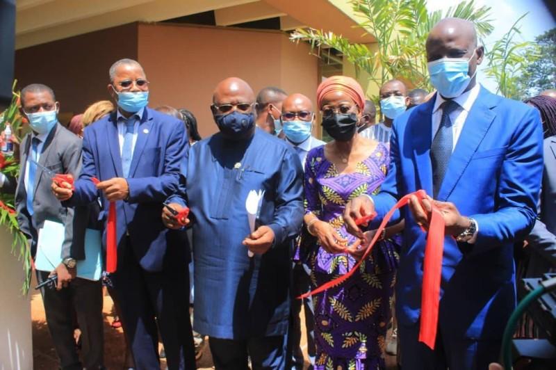 Coupure du ruban. Le Professeur Bakayoko Ly-Ramata qui a porté le projet. Autour d'elle, les ministres ivoiriens, sierra leonais et gabonais (DR)