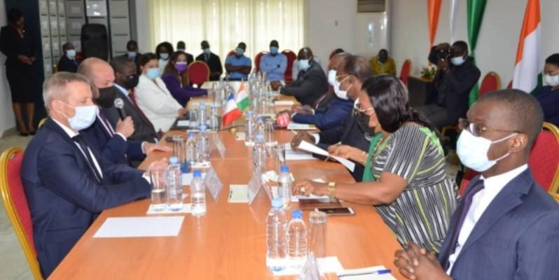 Les deux délégations en pleine séance de travail. (Dr)
