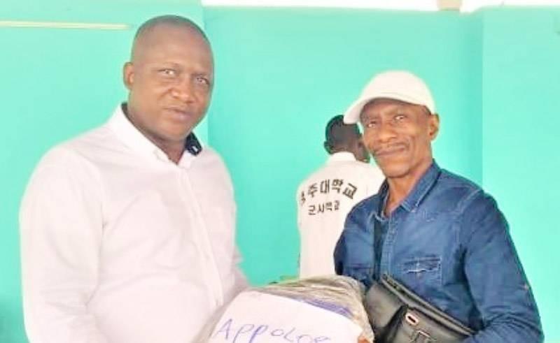Le président Serges Soumah remettant un lot à Apollos Lelou, ancien champion d'Afrique. (DR)
