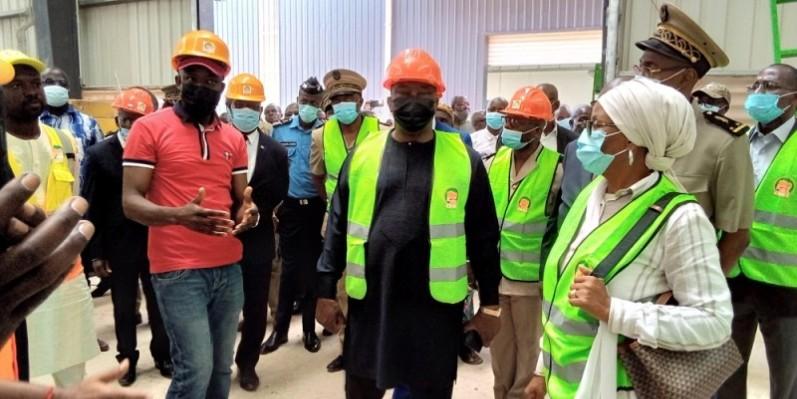 Kobenan Kouassi Adjoumani (au centre) s'est informé de l'état d'avancement de la réalisation du projet de construction de l'usine Capro-ci. (Photo : DR)