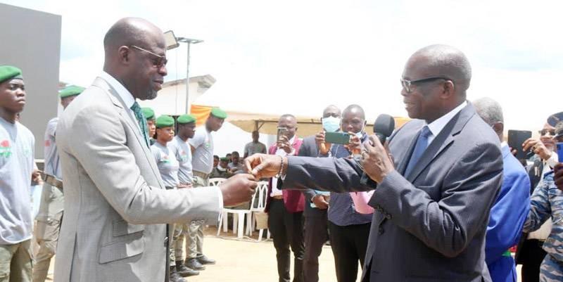 Le ministre Alain-Richard Donwahi (à gauche) recevant symboliquement les clés des maisons de son personnel des mains du secrétaire d'État en charge du Logement social, N'Guessan Lataille Koffi. (DR)