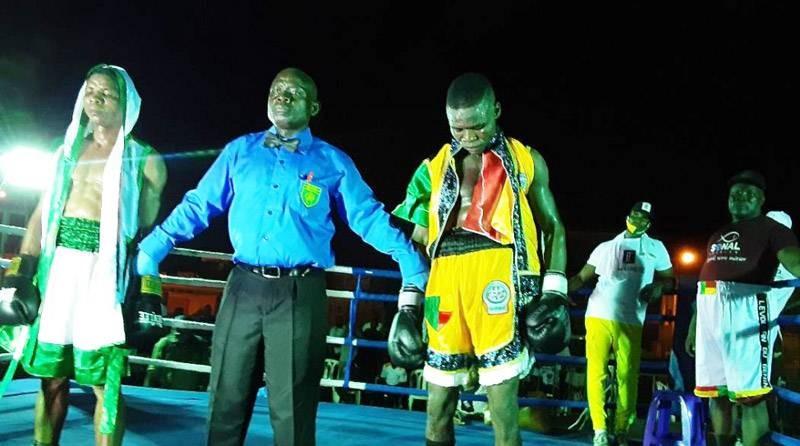 Le Togolais (à droite) a battu son adversaire aux points dans un combat âprement disputé. (DR)