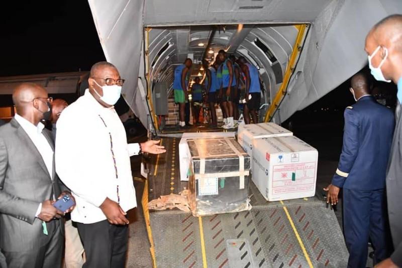 Le directeur général de la Santé, Mamadou Samba (en blanc à gauche), en a profité pour rassurer les populations quant à la fiabilité du vaccin AstraZeneca. (DR)