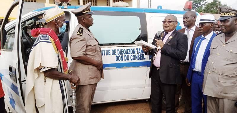 Le secrétaire d'État, Serey Doh Célestin remettant les clés de l'ambulance au sous-préfet. (DR)