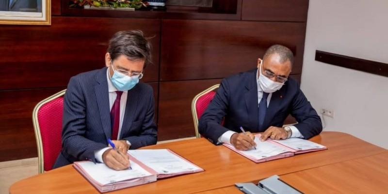Le Premier ministre Patrick Achi (à droite) lors de la signature. (DR)