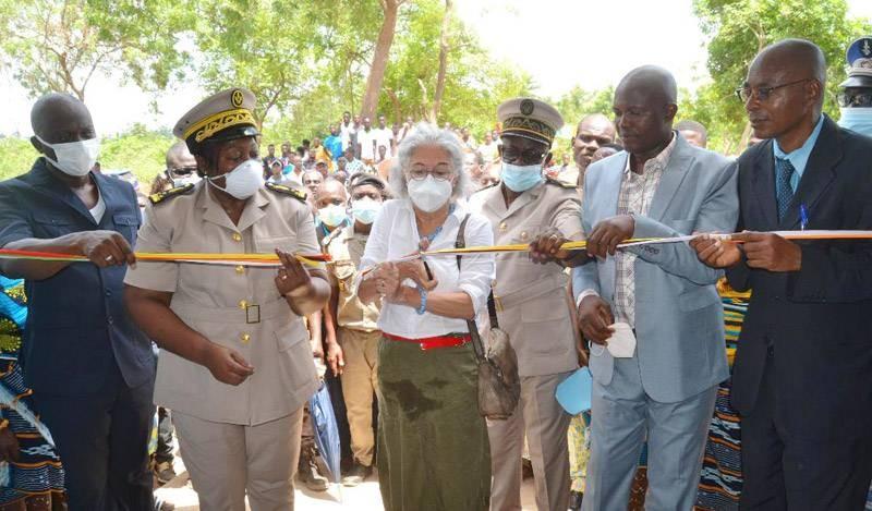 Coupure du ruban symbolique, au cours de l'inauguration du centre de santé. (Photo : DR)