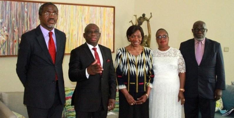 Le ministre en charge de la Réconciliation (2e à partir de la gauche) et la Grande Chancelière (au centre) entourés de quelques collaborateurs. (Photo : Sébastien Kouassi)