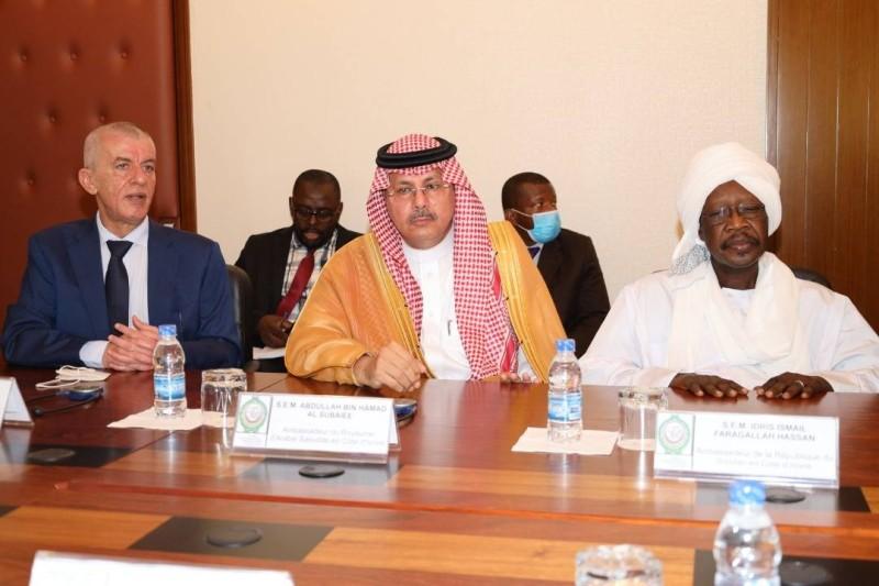 يتوسطه سفير المملكة العربية السعودية لدى جمهورية ساحل العاج هـ.  السيد.  عبدالله بن حمد الزوبعي