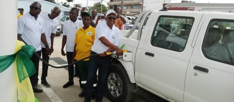 Mohamed Kanu, représentant de la multinationale, a inauguré les pompes de la station en servant le premier véhicule. (Photo : DR)