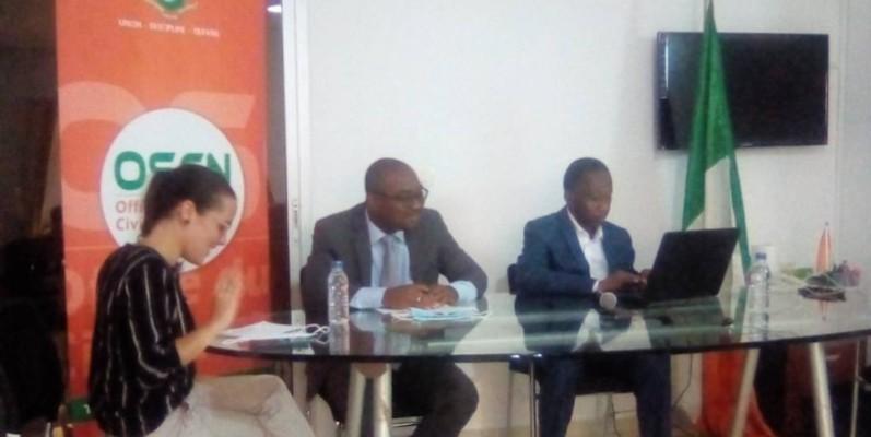 Mamadou Touré (à droite), directeur général de l'Office du service civique national. (Franck YEO)