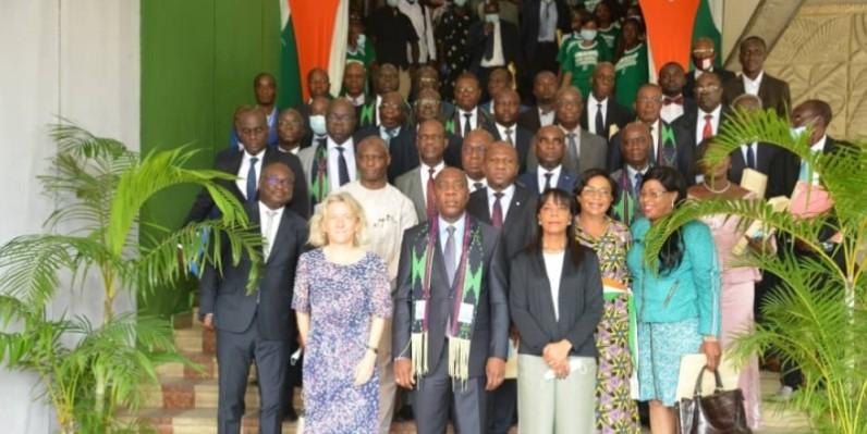 Le ministre Jean-Luc Assi (au centre) avec les agents de son ministère et des partenaires techniques et financiers. (DR)