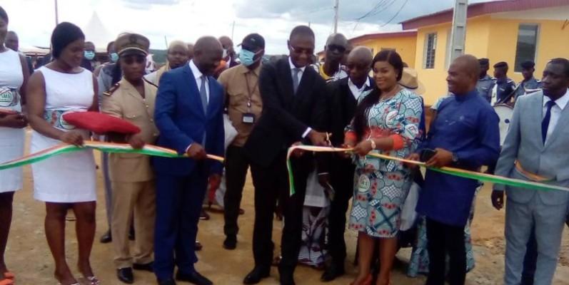 Le ministre du Budget et du portefeuille de l'État, Moussa Sanogo, procédant à la coupure du ruban. (Franck YEO)