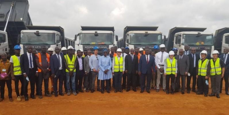 La délégation ministérielle a immortalisé la visite avec les ouvriers du chantier. (Photo : DR)