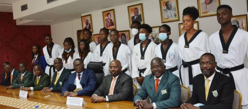 Le ministre des Paulin Claude Danho entouré des membre de la Fitkd et des athlètes champions d'Afrique 2021 mettent le cap sur Tokyo 2021. (DR)