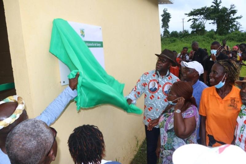 Le Président du Conseil Régional de la Nawa, le Ministre Alain-Richard Donwahi a offert des édifices aux populations (DR)