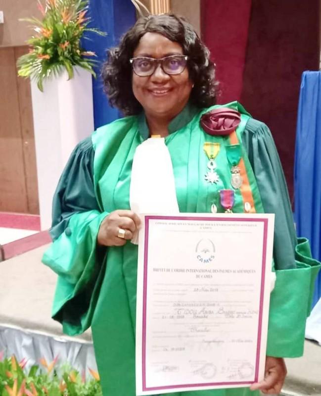 Pr Tidou Abiba Sanogo, présidente de l'Université Jean Lorougnon Guédé de Daloa, présentant fièrement sa distinction. (Photo : DR)