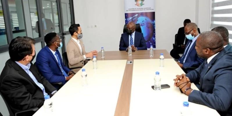 La délégation malaisienne en séance de travail avec le ministre Roger Adom et ses collaborateurs. (Photo : DR)
