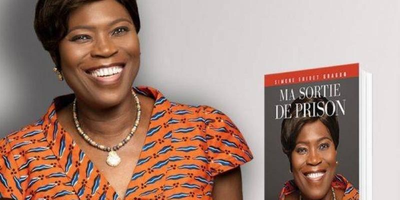 Simone Gbagbo et son livre. (DR)
