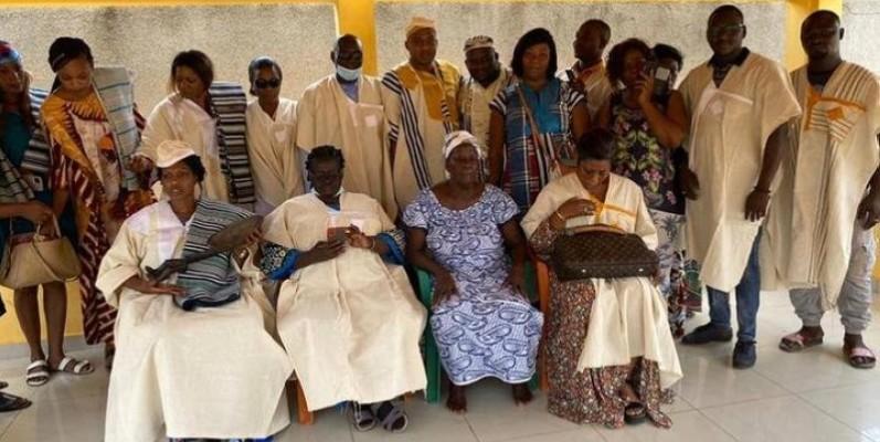 L'écrivain Yacouba Sylla a communié avec les femmes de l'Association des femmes dynamiques du village de Bahébé (Afdb). (Photo DR)