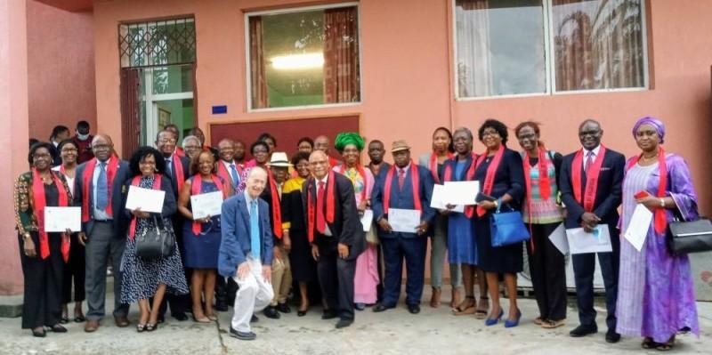 Les tout premiers médiateurs spécialisés dans la résolution des conflits médicaux en Côte d'Ivoire ont reçu leur parchemin. (DR)
