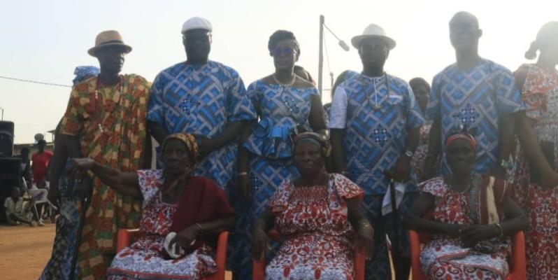 Des mémés heureuses de se voir honorées par le chef du village. (Bavane)