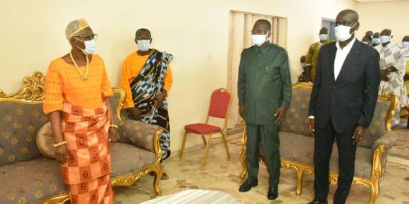 Le président du Sénat, Ahoussou-Kouadio, et le gouverneur du district de Yamoussoukro, Augustin Thiam, avec sa Majesté Nanan Akoua Boni II, reine des Baoulé. (DR)