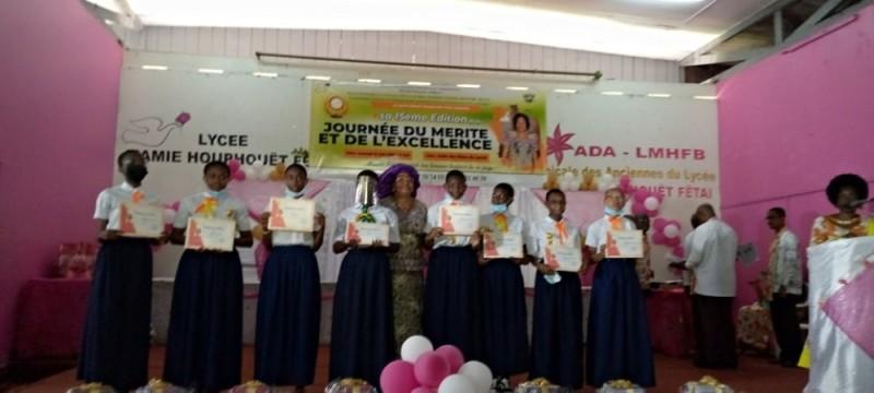 Les filles célébrées sont reparties les bras chargés de présents, à la fin de la cérémonie. (DR)