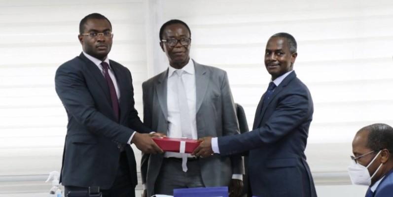 Le nouveau DG par intérim de l'Ageroute, Coulibaly Fabrice (à gauche), a reçu les dossiers de l'entreprise des mains du Dga, Yapo Calice (à droite), représentant le ministre Pierre Dimba. (DR)