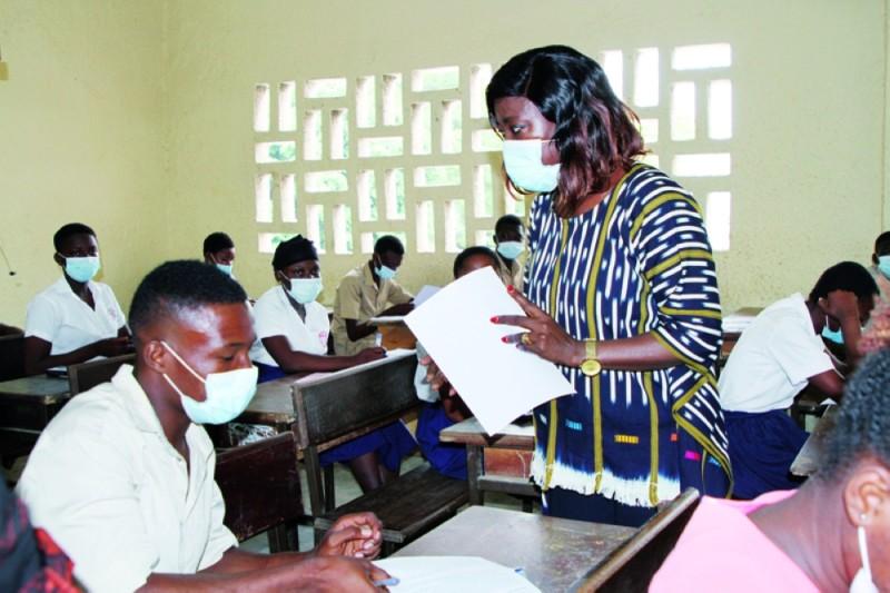 La ministre Mariatou Koné, en distribuant officiellement des copies aux candidats, les a exhortés à travailler dans la discipline. (Photo : Joséphine Kouadio)
