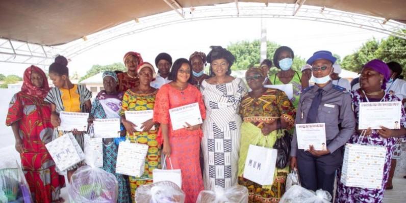 C'est avec beaucoup de bonheur que les femmes ont reçu les cadeaux de la députée Madjara Coulibaly. (DR)