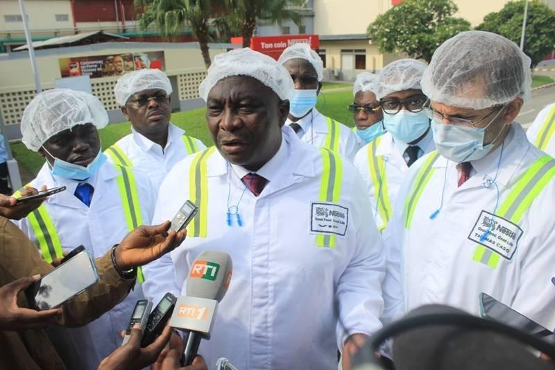 Le ministre d'Etat, ministre de l'Agriculture et du Développement rural lors de sa visite à la fabrique de Nestlé en zone 4. (Photo : Marie-Ange AKPA)