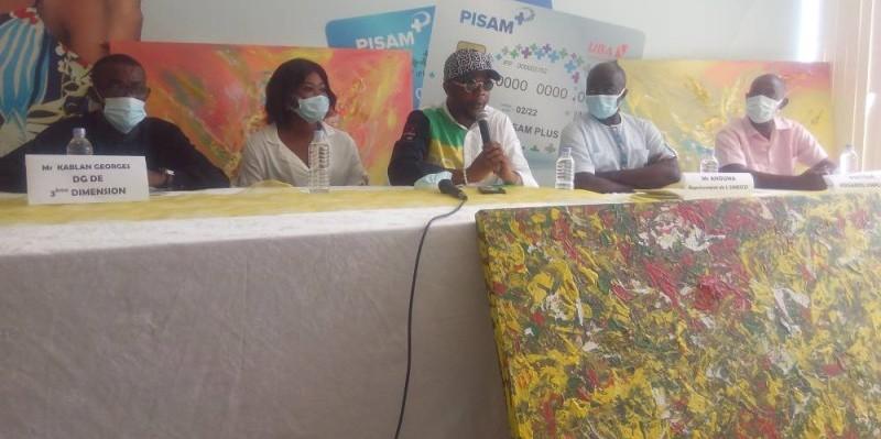 Le peintre à l'honneur (au micro) explique le bien-fondé de l'exposition (Bavane)