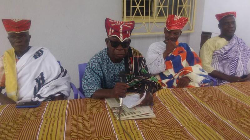 Le chef central des gouros d'Abobo (au micro)