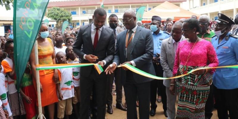 Le directeur général adjoint, Ouattara Abdoulkarim, procédant à la coupure du ruban. (Photo : Bavane)