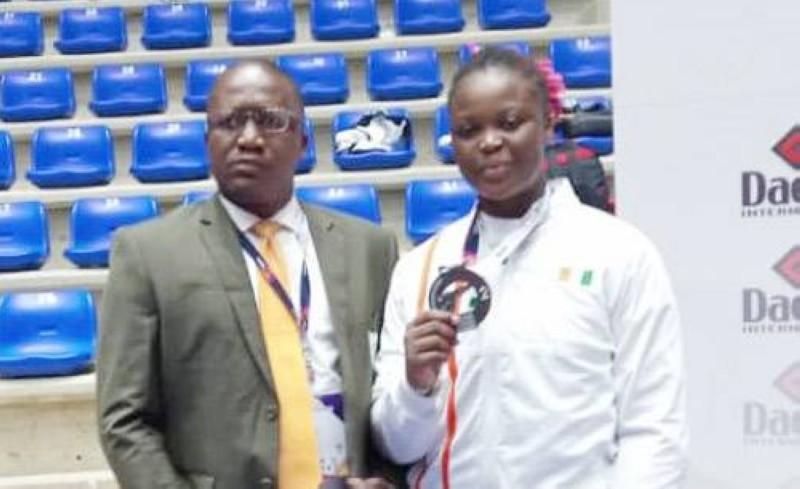 Aminata Charlène Traoré, en compagnie du patron de la Ligue de Cocody, Me Soumah, est fière d'accrocher une médaille d'argent gagnée à l'Open de Beyrouth. (Photo : DR)
