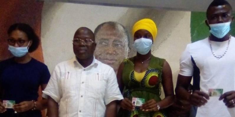 Le maire Koné Siaka (2è à partir de la gauche) en compagnie de quelques récipiendaires. (Franck YEO)