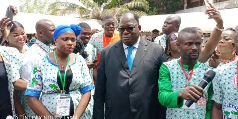 La 25e promotion des élèves-maîtres autour du ministre Laurent Tchagba, son parrain. (DR)