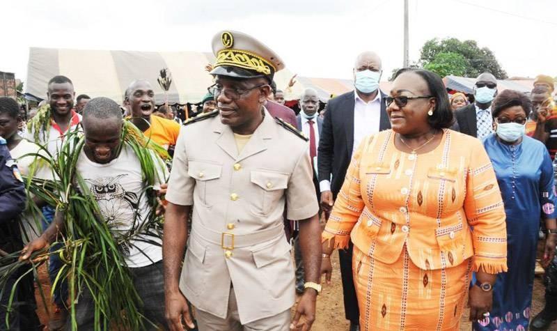 La ministre Anne Désirée Ouloto, en compagnie du sous-préfet de Tinhoun, Abomanhin Djama : (Photo : Saint-Tra Bi)