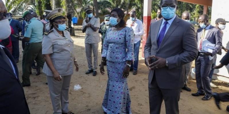 La ministre Mariatou Koné avec les autorités d'Adiaké. (Photo : DR)