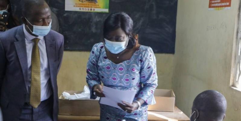 La ministre distribue les copies de composition aux candidats. (Photo : DR)