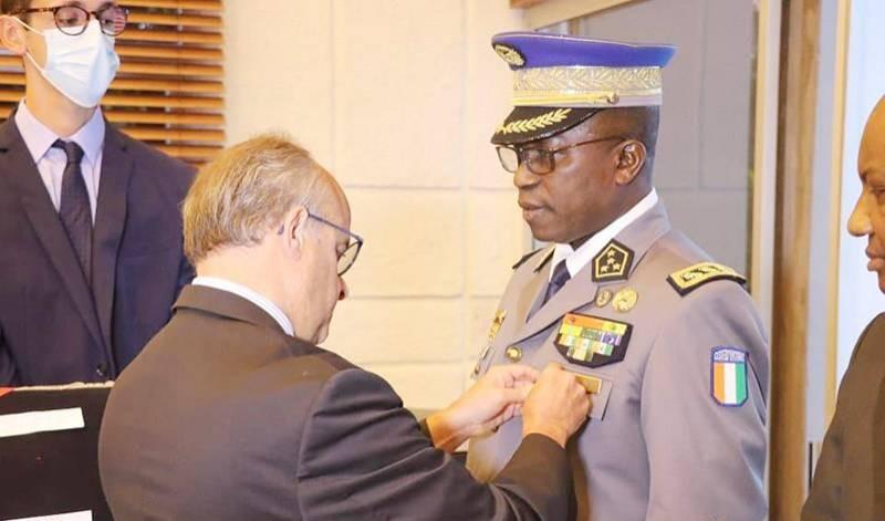 Le général Apalo reçoit ses insignes des mains de l'Ambassadeur de France en Côte d'Ivoire. (Gendarmerie nationale)