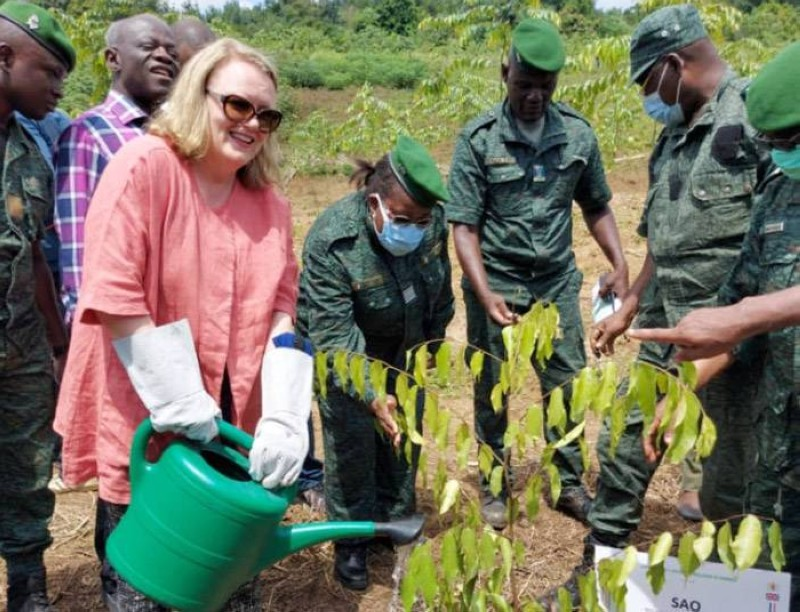 Janet Rogan, l'ambassadrice régionale pour l'Afrique et le Moyen Orient de la Cop 26, a procédé à un planting d'arbre symbolique à la fin de la visite. (Photo : DR)