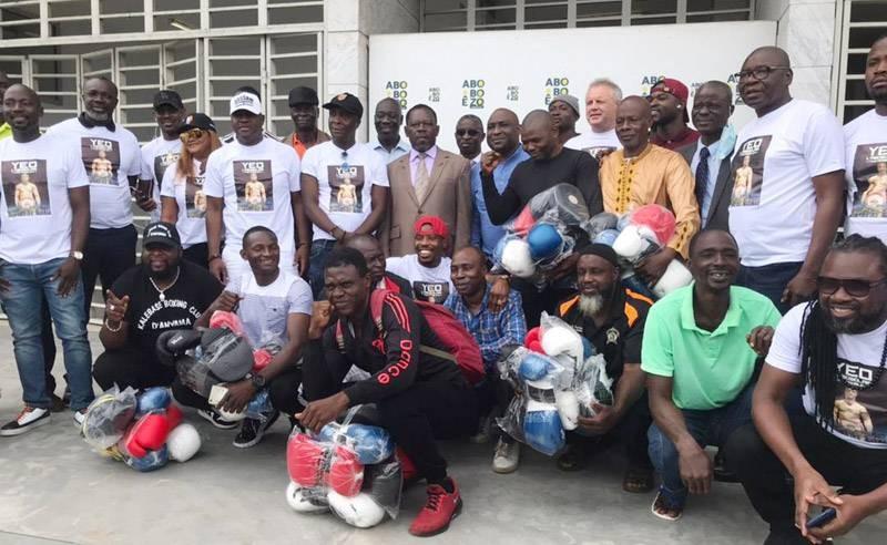 Les bénéficiaires ont immortalisé le moment avec le staff du boxeur. (Photo : DR)