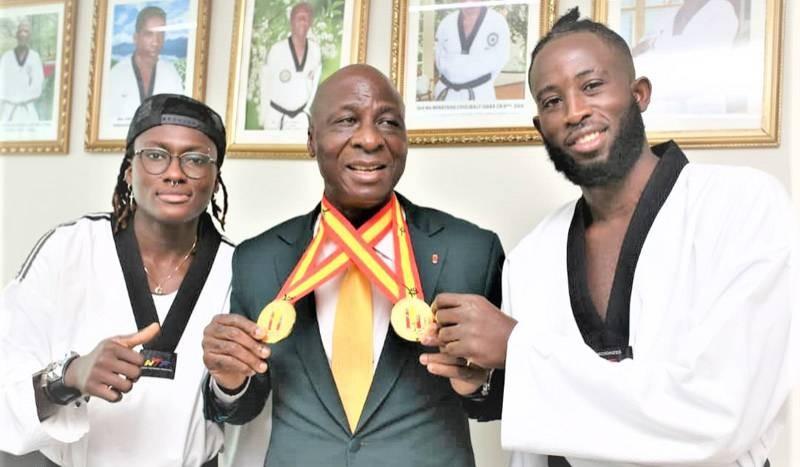 Le président de la Fitkd, au centre, a mis les meilleurs encadreurs et les moyens pour avoir des athlètes performants. (DR)