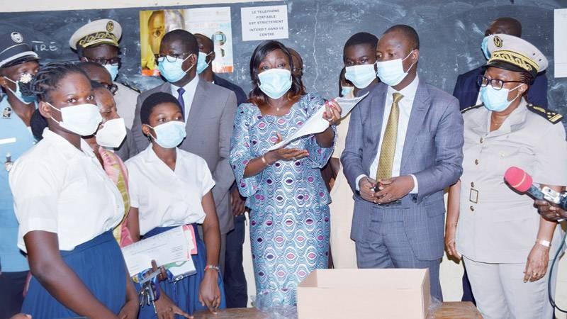 La ministre Mariatou Koné donnant des directives lors des épreuves écrites. (Photo : Julien Monsan)